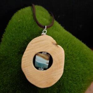 amulett aus hellem Rhododendronholz mit Achatwürfel