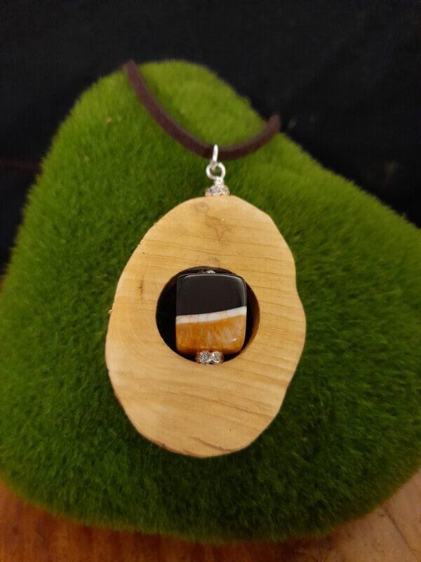 Amulett aus hellem Rhododendronholz mit Achatwürfel in orange schwarz