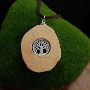 Amulett aus Rhododendronholz mit silbernem Baum integriert