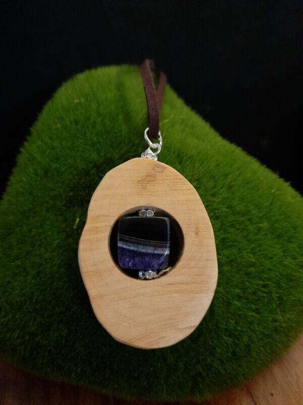 Ovales Amulett aus hellem Rhododendronholz mit blau schwarzen Achat Würfel