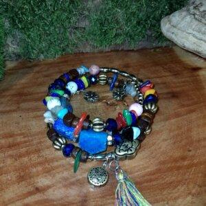 Buntes Armband mit echten unterschiedlichen Steinen und bunter Quaste