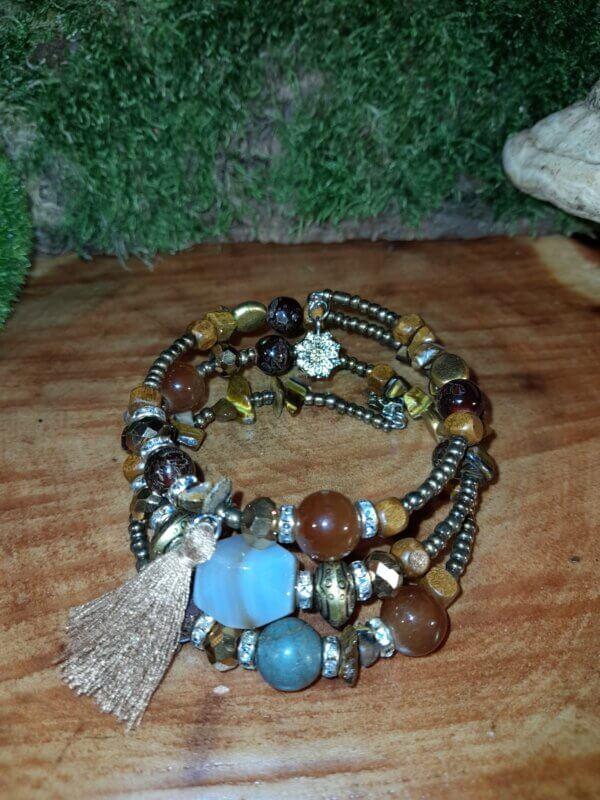 Mehrschichtiges Armband in den Farben braunund gold mit Natursteinen in unterschiedlicher grösse
