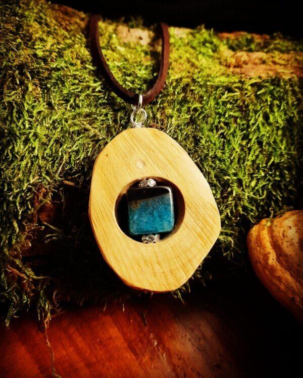 Amulett aus Rhododendronholz mit Achatwürfel schwarz türkis
