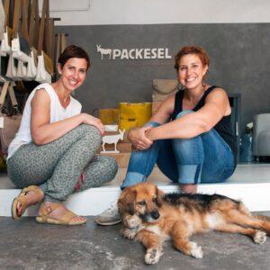 Ansprechpartnerbild Packesel Christine Apro und Susanne Fischer mit Hund