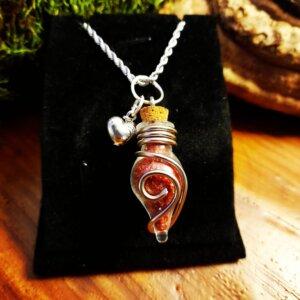 Glas Phiole mit Aluminiumdraht verziert und mit rotem Granulat gefüllt Anhänger Herz in Silber