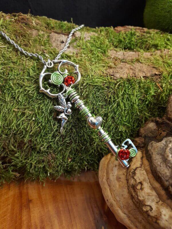 Vintage Schlüssel mit roten Aluminiumrosen und grünem Aluminiumdraht