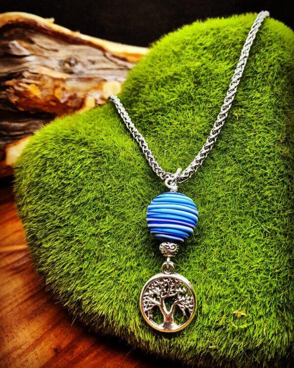 Edelstahlhalskette mit Kugelanhänger in blautönen mit silbernem Baum Anhänger