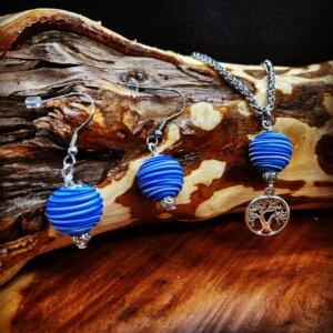 Schönes farblich abgestimmtes Schmuckset besteht aus Edelstahlkette mit Kugelanhänger mit silbernem Baumanhänger und Edelstahlohrringen mit blauer Kugel